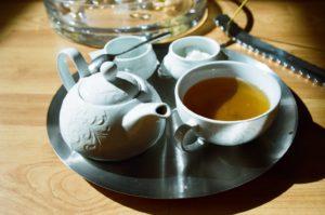 Teekanne und Becher auf dem Tablett