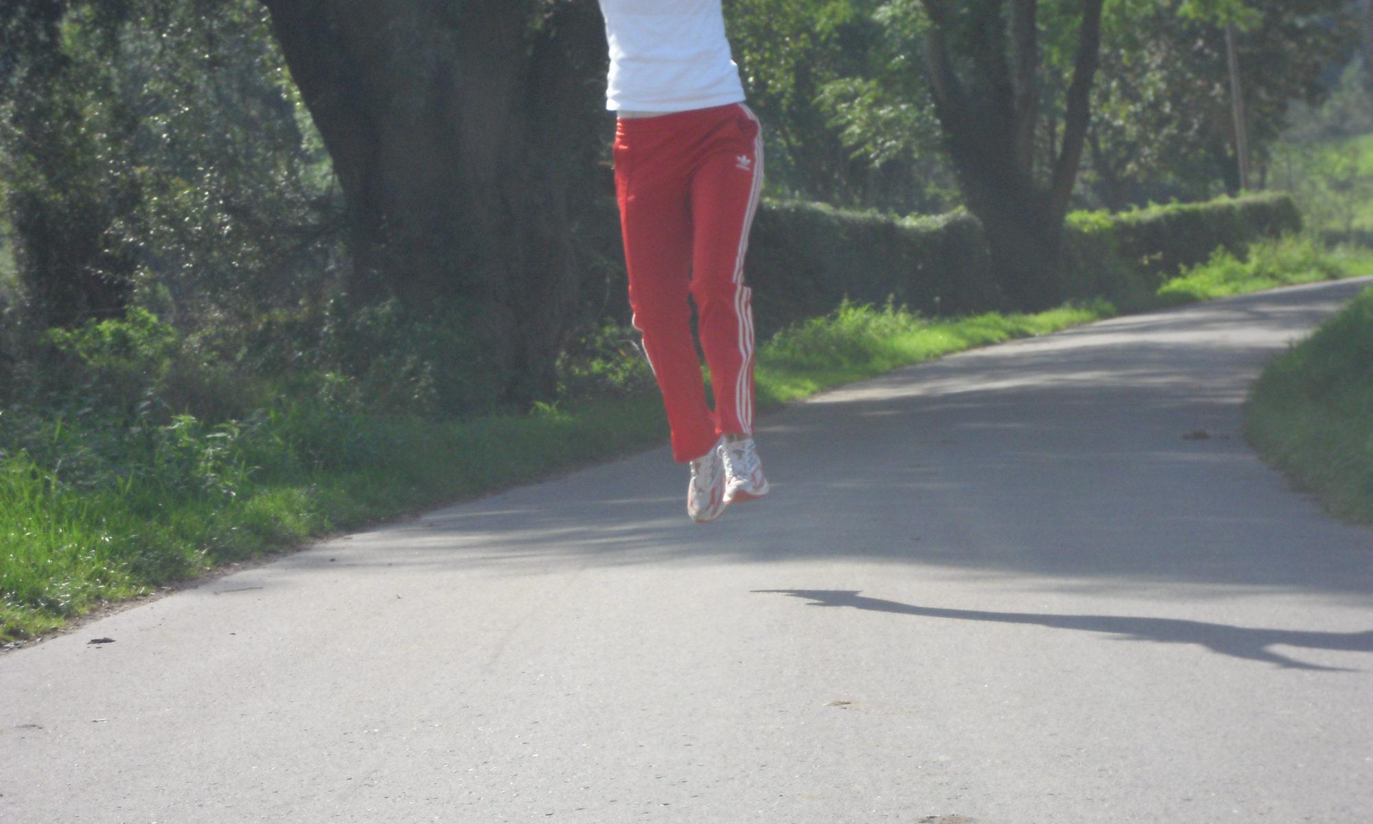 Dagmar beim Yoga im Wald: Sprung