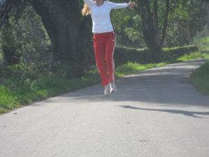 Dagmar beim Joggen im Wald: Sprung