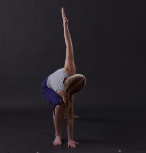"""Dagmar in der Yoga-Übung """"Dreieck"""" von Vorne"""