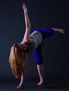 """Dagmar in der Yoga-Übung """"Dreieck"""" von der Seite"""