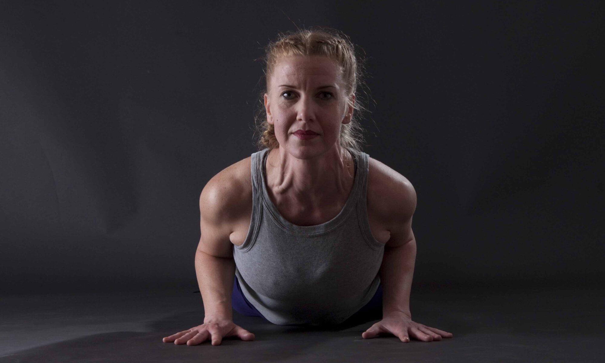 """Dagmar in der Yoga-Übung """"Kleine Kobra"""" von Vorne"""