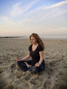 Dagmar im Schneidersitz am Strand
